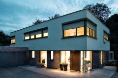 Einfamilienhaus_mit_Klinker_und_QUADRO_Vorbaurollladen_bei_Dämmerung_(13176)